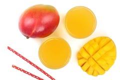 Mangosaft und -frucht lokalisiert auf weißer Hintergrundnahaufnahme Beschneidungspfad eingeschlossen Flache Lage Lizenzfreie Stockfotos