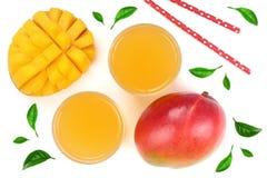 Mangosaft und -frucht verziert mit den Blättern lokalisiert auf weißer Hintergrundnahaufnahme Beschneidungspfad eingeschlossen Fl Lizenzfreies Stockfoto
