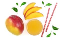Mangosaft und -frucht verziert mit den Blättern lokalisiert auf weißer Hintergrundnahaufnahme Beschneidungspfad eingeschlossen Fl Lizenzfreie Stockfotos