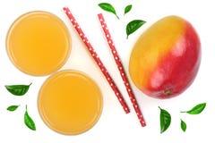 Mangosaft und -frucht verziert mit den Blättern lokalisiert auf weißer Hintergrundnahaufnahme Beschneidungspfad eingeschlossen Fl Stockfotografie