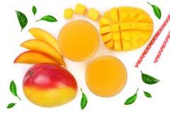 Mangosaft und -frucht verziert mit den Blättern lokalisiert auf weißer Hintergrundnahaufnahme Beschneidungspfad eingeschlossen Fl Stockbilder