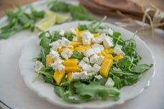 Mangosalade met de kaas en arugula van feta Stock Fotografie