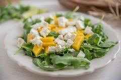 Mangosalade met de kaas en arugula van feta Stock Afbeeldingen