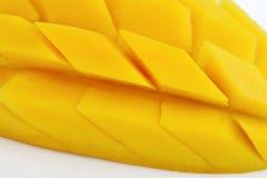 Mangoscheibe auf weißem Hintergrund Stockfotografie