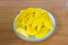 Mangoscheiben auf Platte Stockbild