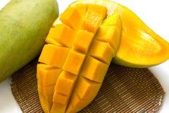 Mangoscheiben lokalisiert auf weißem Hintergrund Stockbilder