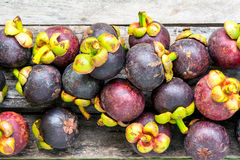 Mangostán en el fondo de madera, colorido de la fruta Imágenes de archivo libres de regalías