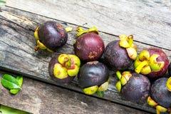 Mangostán en el fondo de madera, colorido de la fruta Foto de archivo libre de regalías