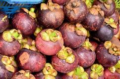 Mangostán en venta en la mercado de la fruta Imagen de archivo