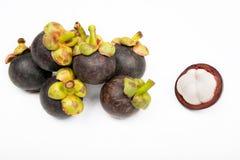 Mangostan en dwarsdoorsnede die de dikke purpere huid en het witte vlees van de koningin van friuts tonen Stock Foto