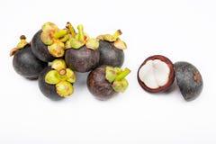 Mangostan en dwarsdoorsnede die de dikke purpere huid en het witte vlees van de koningin van friuts tonen Royalty-vrije Stock Foto