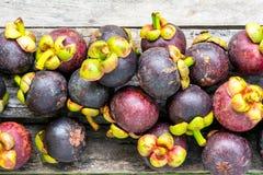 Mangostan na drewnianym tle, kolorowym owoc Obrazy Royalty Free