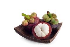 Mangostan op houten plaat, vers fruitpulp stock afbeelding