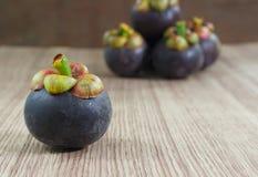 Mangostan op houten vloer Verse Vruchten stock afbeeldingen