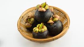 Mangostanes en la cesta de bambú Foto de archivo libre de regalías