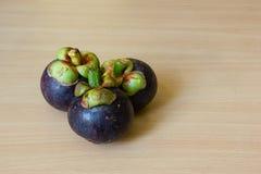 Mangostanes en la tabla Imagen de archivo