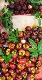 Mangostanes frescos en la exhibición en el mercado callejero, Hong Kong imagenes de archivo