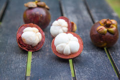 Mangostanfrüchte auf einem Holztisch Stockbild
