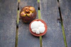 Mangostanfrüchte auf einem Holztisch Stockbilder