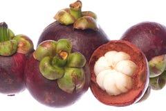 Mangostanfrüchte getrennt Stockbilder