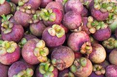 Mangostanfrüchte häufen für Verkauf an Stockfotografie