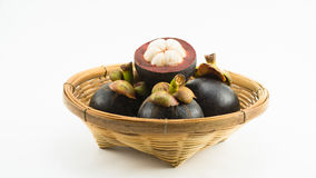 Mangostanfrüchte im Bambuskorb Stockfotos