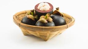 Mangostanfrüchte im Bambuskorb Lizenzfreies Stockfoto