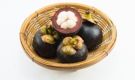 Mangostanfrüchte im Bambuskorb Lizenzfreie Stockfotos