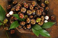 Mangostanfrüchte im Korb Lizenzfreies Stockfoto