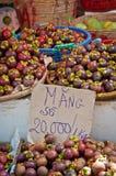 Mangostanfrüchte im Markt Stockfotos
