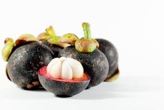 Mangostanfrucht auf weißem Hintergrund Lizenzfreies Stockfoto