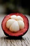 Mangostanfrucht, Gruppe Mangostanfrüchte auf Holztisch Stockbild