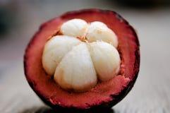 Mangostanfrucht, Gruppe Mangostanfrüchte auf Holztisch Lizenzfreie Stockfotografie