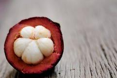Mangostanfrucht, Gruppe Mangostanfrüchte auf Holztisch Stockfoto