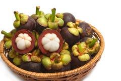 Mangostanfrucht im Korb Stockfotografie