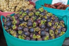 Mangostanfrucht im Korb lizenzfreies stockfoto