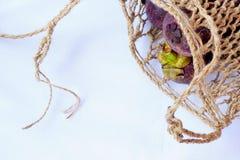 Mangostanfrucht im traditionellen Korb werden lokalisierte im Spitzenwinkel gefangen genommen lizenzfreies stockbild