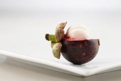 Mangostanfrucht ist eine Frucht, die in Thailand, in Malaysia und in Indonesien populär ist Lizenzfreie Stockbilder