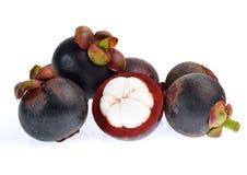 Mangostanfrucht lokalisiert auf weißem Hintergrund Stockbild