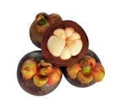 Mangostanfrucht und Querschnitt, welche die starke purpurrote Haut zeigen stockfotografie
