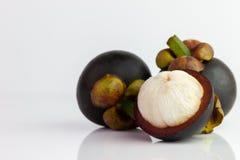 Mangostanfrucht wurden weg auf einen weißen Hintergrund abgezogen lizenzfreies stockbild