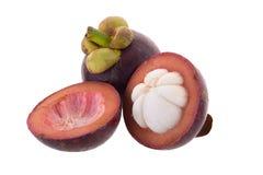 Mangostanskoningin van vruchten, rijp die mangostanfruit op w wordt geïsoleerd Stock Afbeeldingen