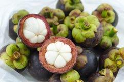 Mangostanu lata owocowy przekrój poprzeczny pokazuje gęstego purpurowego skóry i białego ciało królowa owoc w plastikowym worku Obrazy Royalty Free