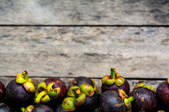 Mangosteen στο ξύλινο υπόβαθρο, ζωηρόχρωμο των φρούτων στοκ εικόνα