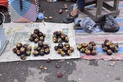 Mangosteen i tradionalmarknaden arkivbild