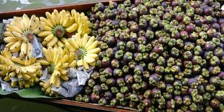 Mangosteen och banan arkivbilder