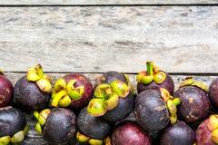 Mangosteen på wood bakgrund som är färgrik av frukt Arkivfoto