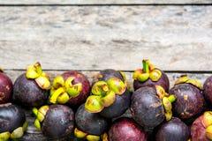Mangosteen på wood bakgrund som är färgrik av frukt Royaltyfri Fotografi