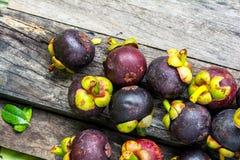 Mangosteen på wood bakgrund som är färgrik av frukt Royaltyfria Bilder