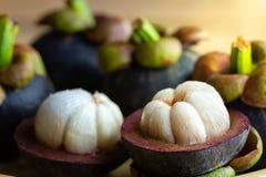Mangosteenen skalades på en trätabell Arkivbild